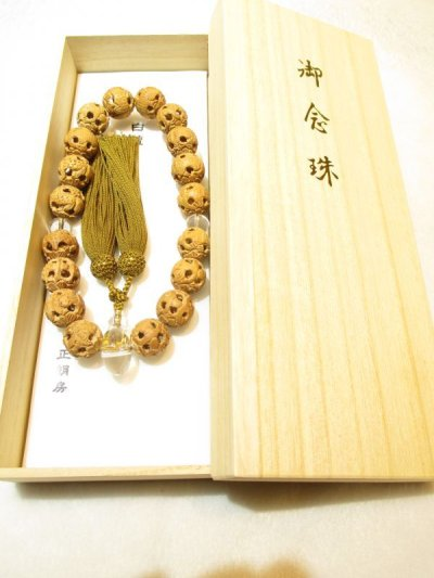 画像3: 京都・パワーストーン/【念珠(数珠)】【白檀(サンダルウッド)】【双龍】【蓮】彫刻、みかん玉22mm親玉本水晶、正絹房(頭付房),桐箱付き【伏見の京屋】