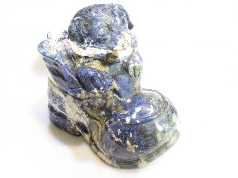 画像1: パワーストーン・京都/【一点もの】【靴から顔を出すわんちゃん(犬)!】彫刻【ソーダライト】1、88kg《置物・インテリア》【天然石の京屋】